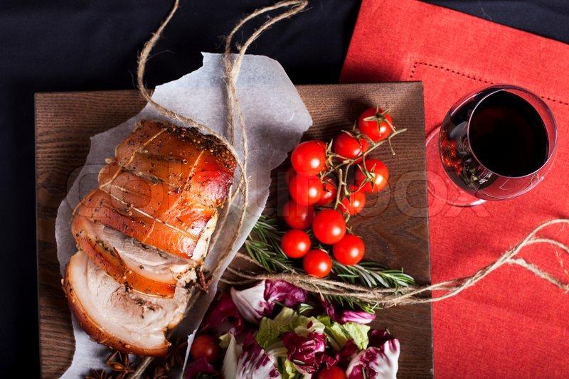 schweinefleisch und salat auf der holzplatte mit dem glas wein stockfoto colourbox. Black Bedroom Furniture Sets. Home Design Ideas