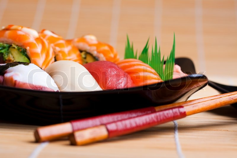 sushi auf schwarzem teller stockfoto colourbox. Black Bedroom Furniture Sets. Home Design Ideas