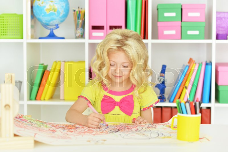 Stock image of 'Portrait of Little girl drawing at home'