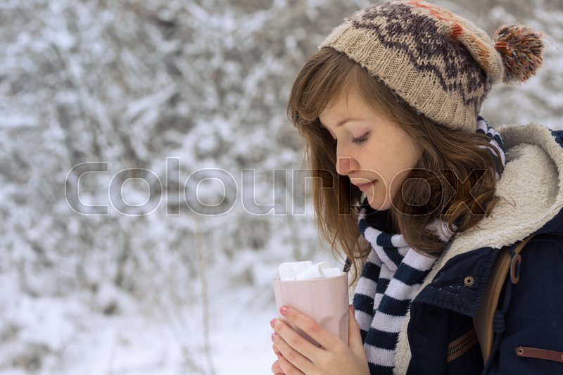 Stock image of 'portrait teen girl holding a cup with marshmallows in the hands, christmas\'