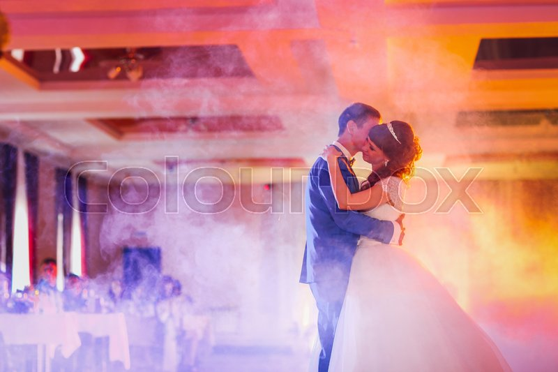 Stock image of 'first dance the bride and groom in the smoke.'