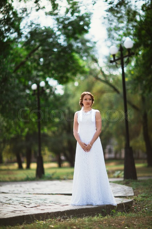 Stock image of 'portrait of a young bride on the background of the park.'