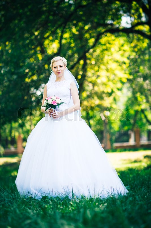 Stock image of 'portrait the bride on the background of the park .'