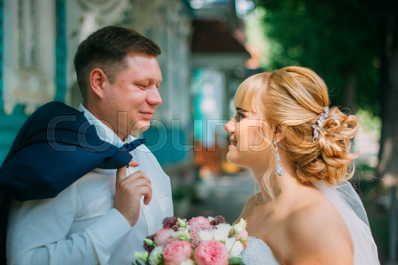 Stock image of 'bride and groom on the background of the city.'