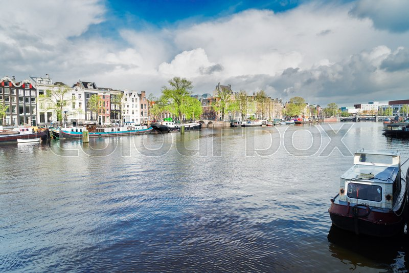 Stock image of 'embankment of Amstel canal with traditional houses in Amsterdam, Netherlands'