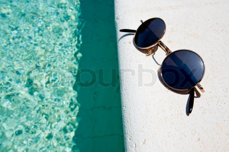 c6f4de263b93 Sorte runde solbriller på pool boardi n ...