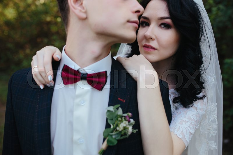 Stock image of 'Bridal couple close to each other, posing in park'
