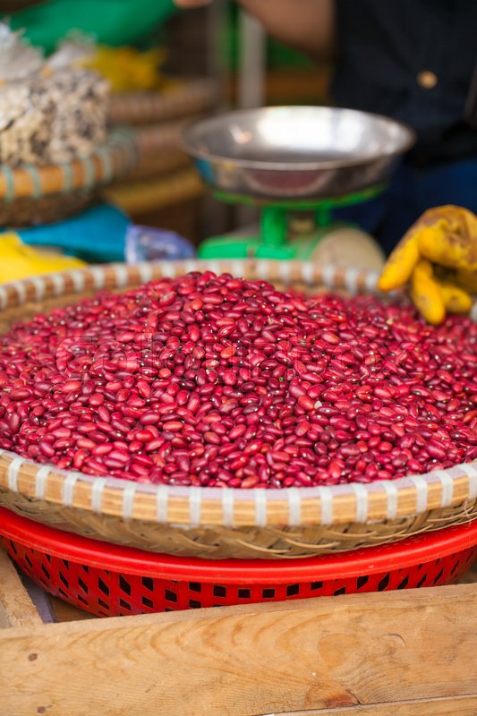 Stock image of 'Texture of raw red bean selling on interwoven bamboo basket in fresh local market, Vietnam'
