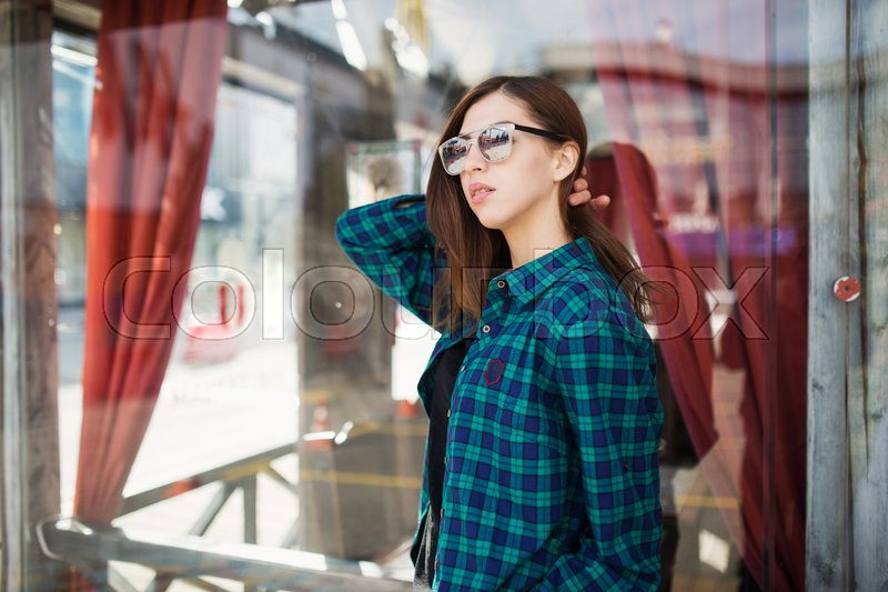 Stock image of 'Urban fashionable girl posing outdoors in the city.'