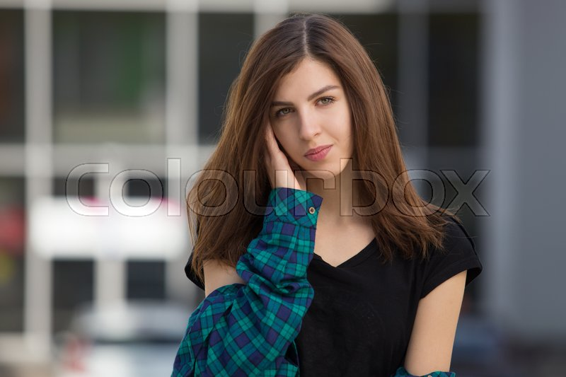 Stock image of 'Portrait of urban fashionable girl posing outdoors in the city.'
