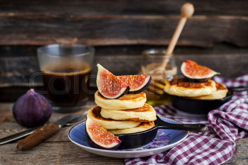 Stock image of 'Cottage cheese pancakes with fresh figs and honey for breakfast'