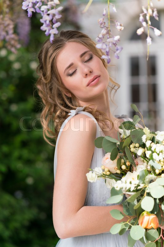 Stock image of 'Portrait of a young beautiful bride with a wedding bouquet'