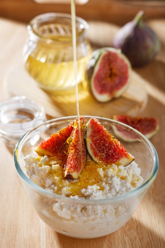 Stock image of 'Breakfast with cottage cheese, figs and honey'