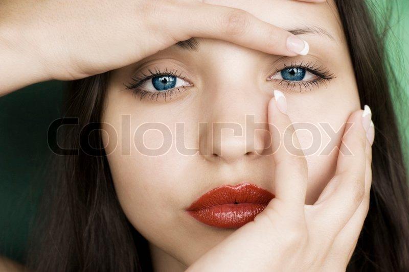 braunhaarige mädchen mit blauen augen