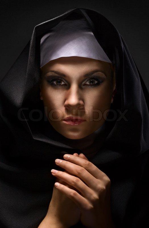 portrait einer jungen frau nonne in der kapuze stockfoto colourbox. Black Bedroom Furniture Sets. Home Design Ideas