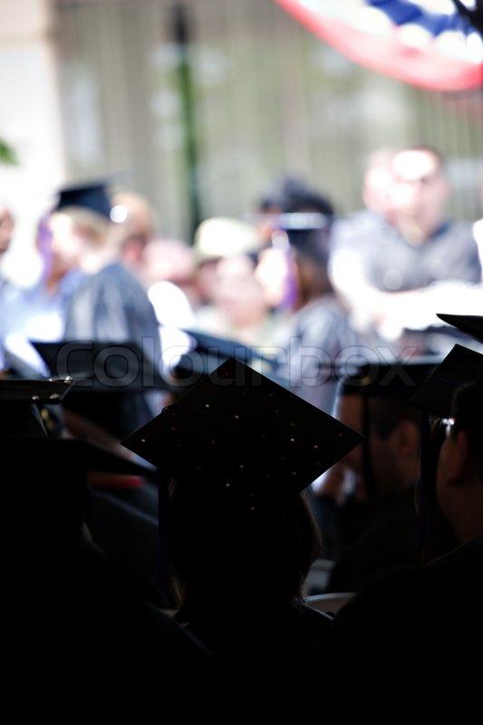Silhouetten von College-oder High -School-Absolventen tragen die ...