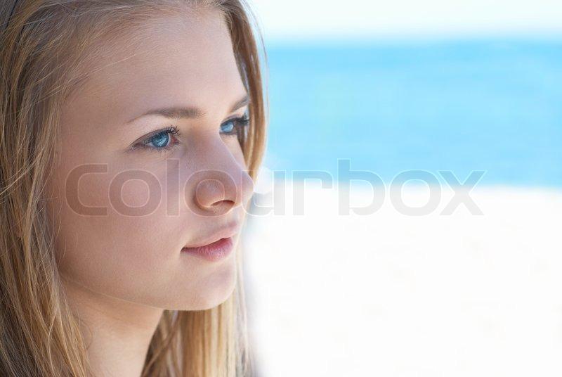 Leute Brunette jugendlich im Blau
