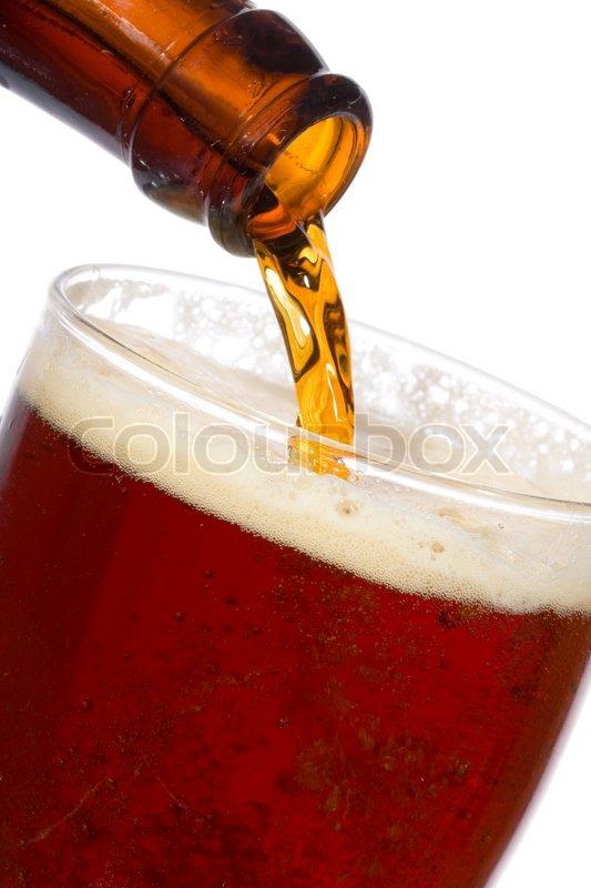 bier ist in glas giessen auf wei em hintergrund stockfoto colourbox. Black Bedroom Furniture Sets. Home Design Ideas