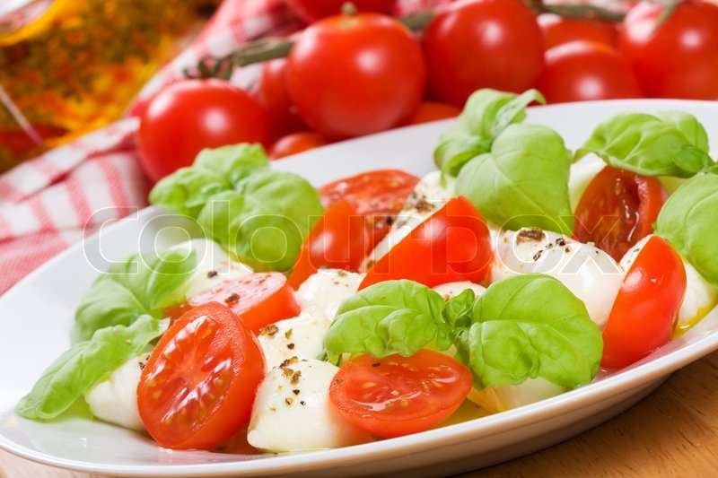 salat mit mozzarella basilikum und tomaten stockfoto colourbox. Black Bedroom Furniture Sets. Home Design Ideas