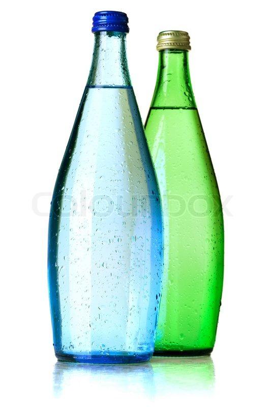 zwei flaschen sodawasser mit wassertropfen auf wei em hintergrund stockfoto colourbox. Black Bedroom Furniture Sets. Home Design Ideas