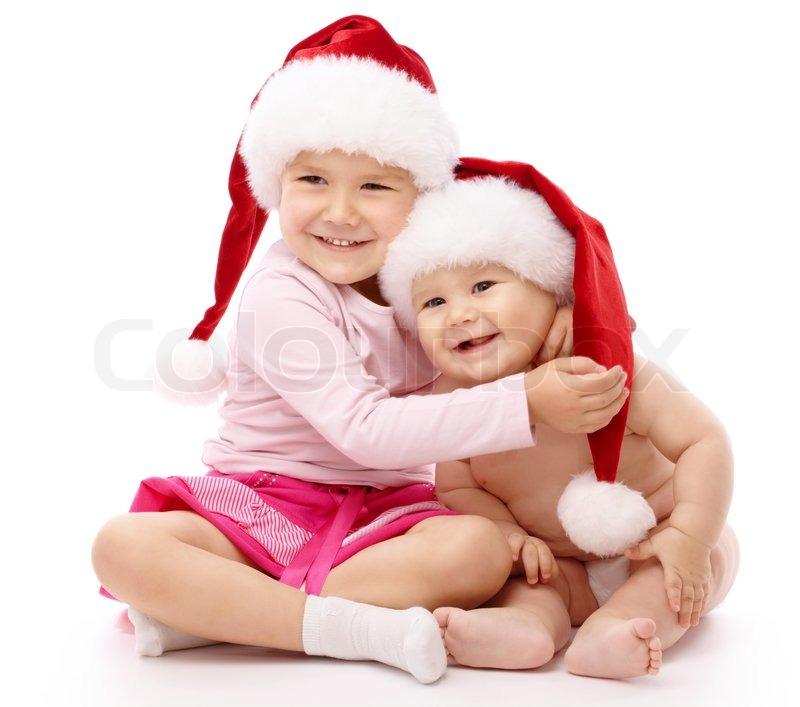 m dchen umarmt ihren kleinen bruder beide mit roten. Black Bedroom Furniture Sets. Home Design Ideas