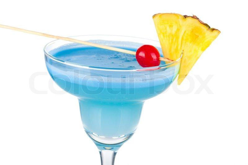 Blau alkohol cocktail mit ananas und kirsche auf wei em for Cocktail kirsch