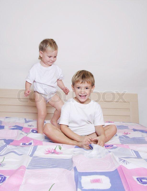 zwei kinder auf bett der eltern stockfoto colourbox. Black Bedroom Furniture Sets. Home Design Ideas