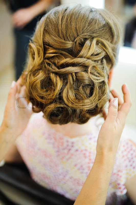 Stock image of 'bride get a professional hair style at beauty salon'