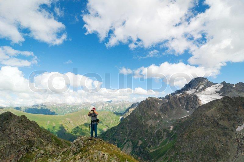 Menschen wandern in den bergen mit dem stockfoto colourbox