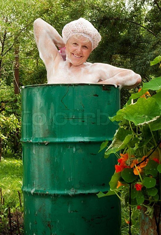 Den ældre kvinde vasker i fadet | Stock Billede | Colourbox
