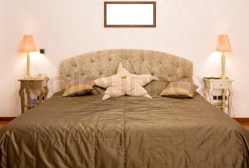 Soveværelse , hvor der er en stor seng med en dyne af oliven farve ...