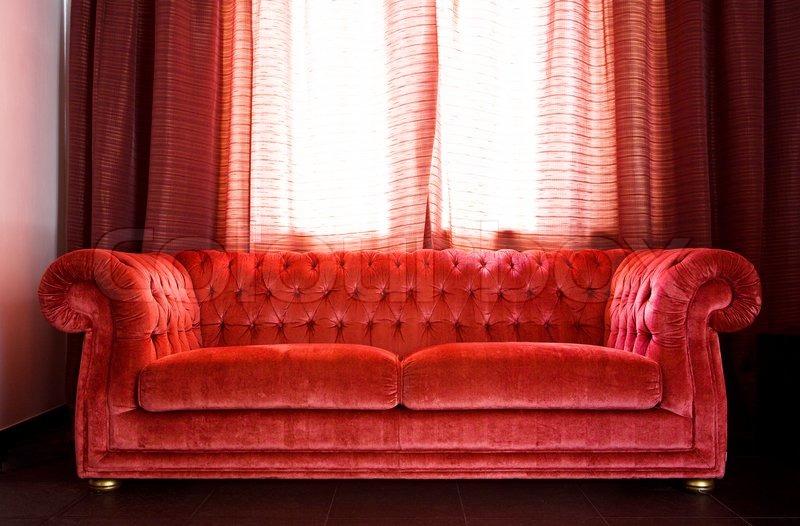 rød sofa Tegning af rum, hvor der er en rød sofa og et bord fra sort marmor  rød sofa