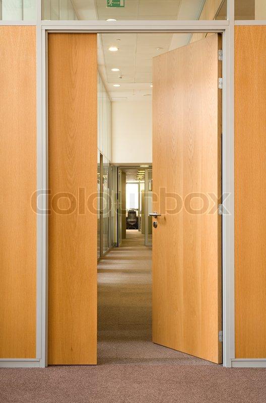 die offene t r in einen langen korridor in dem anderen offenen t ren in b ro center sind. Black Bedroom Furniture Sets. Home Design Ideas