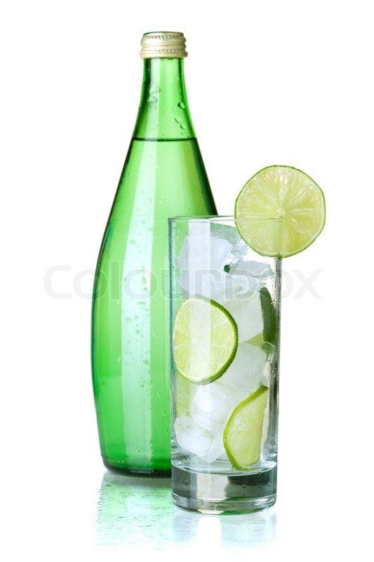 glas wasser mit kalk eis minze und eine flasche mit mineralwasser auf wei em hintergrund. Black Bedroom Furniture Sets. Home Design Ideas