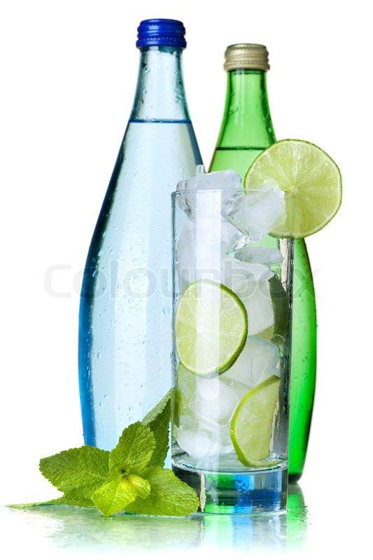 glas wasser mit kalk und eis zwei flaschen mit mineralwasser auf wei em hintergrund stockfoto. Black Bedroom Furniture Sets. Home Design Ideas