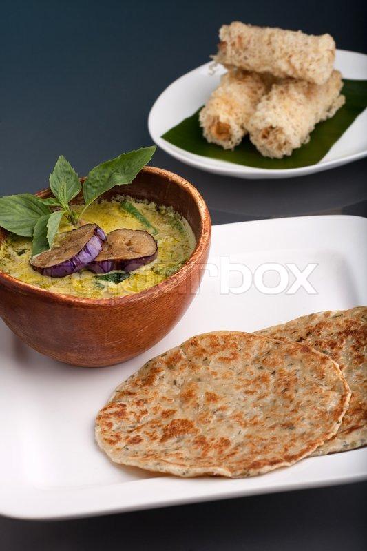 eine schale mit frischen thai green curry suppe mit pfannkuchen und aperitif stockfoto. Black Bedroom Furniture Sets. Home Design Ideas