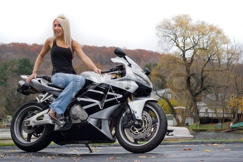 eine h bsche blonde m dchen posieren auf einem motorrad stock foto colourbox. Black Bedroom Furniture Sets. Home Design Ideas