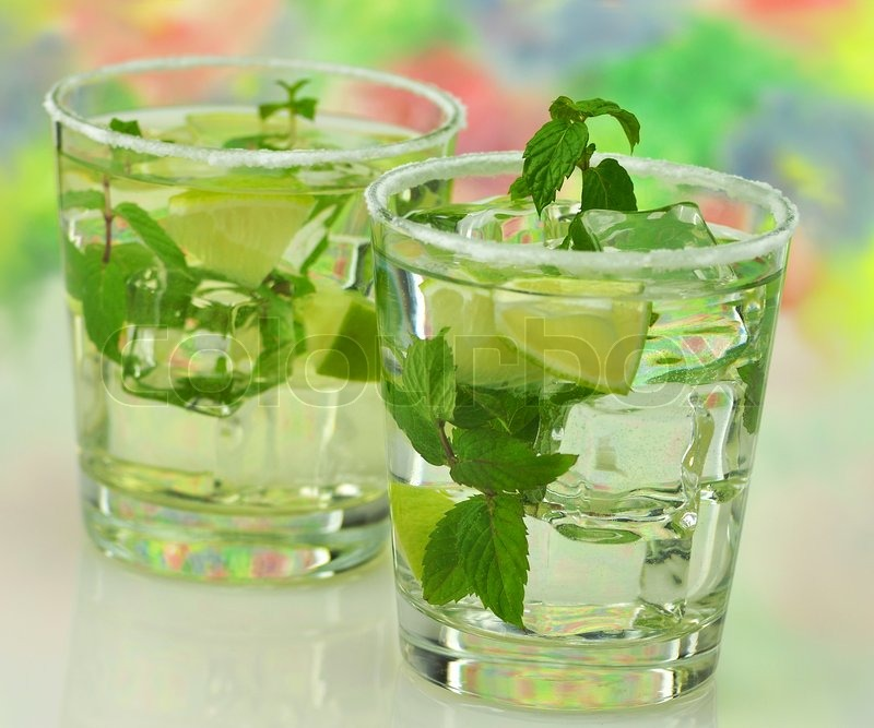 Kalte Getränke mit Minze und Limette | Stockfoto | Colourbox