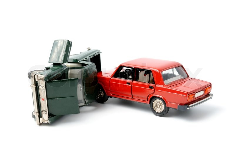 Spielzeugautos in unfall auf einem weißen hintergrund