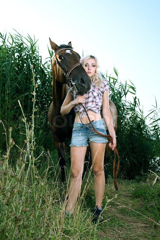 Schönheit Frau mit Pferd im Wald | Stock Bild | Colourbox