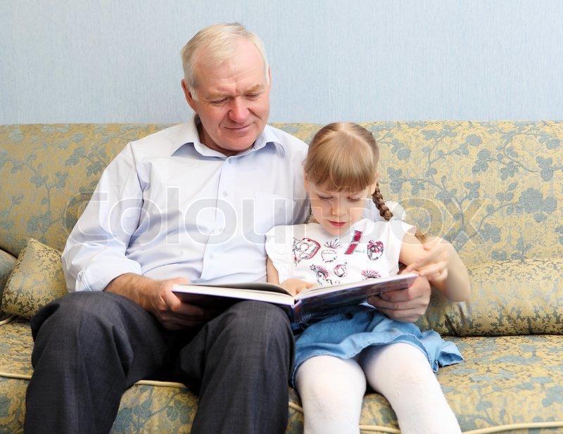 старик в возрасте трахает молоденькую