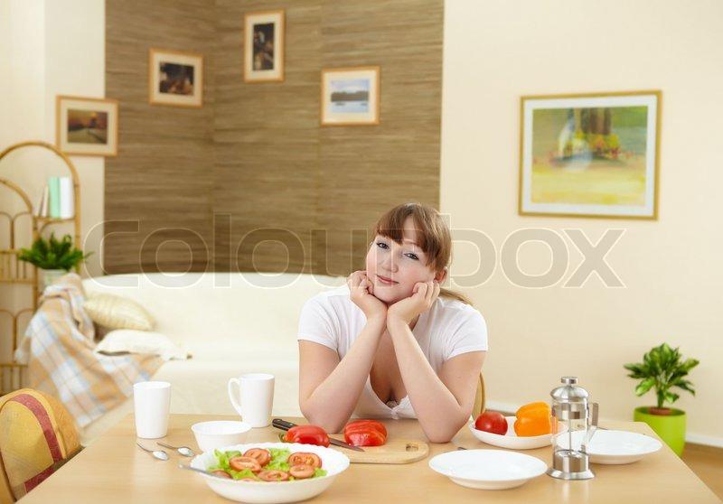 Ein junges Mädchen kochen gesunde Ernährung zu Hause