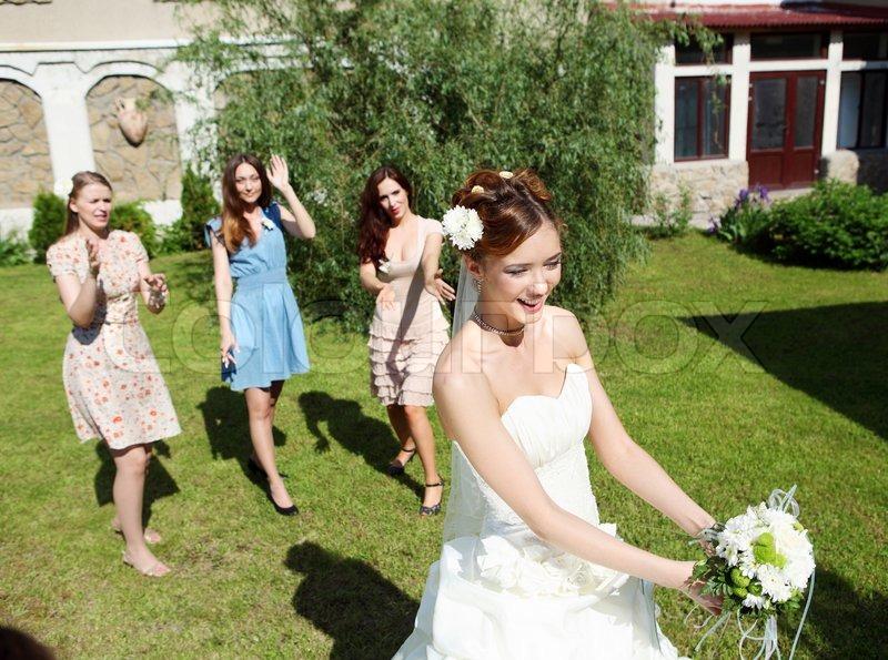 996c4bce7a33 Unge brud i hvid brudekjole kaster en ...