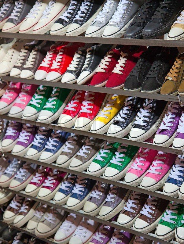viele sneaker schuhe zum verkauf auf hong kong nachtmarkt stock foto colourbox. Black Bedroom Furniture Sets. Home Design Ideas