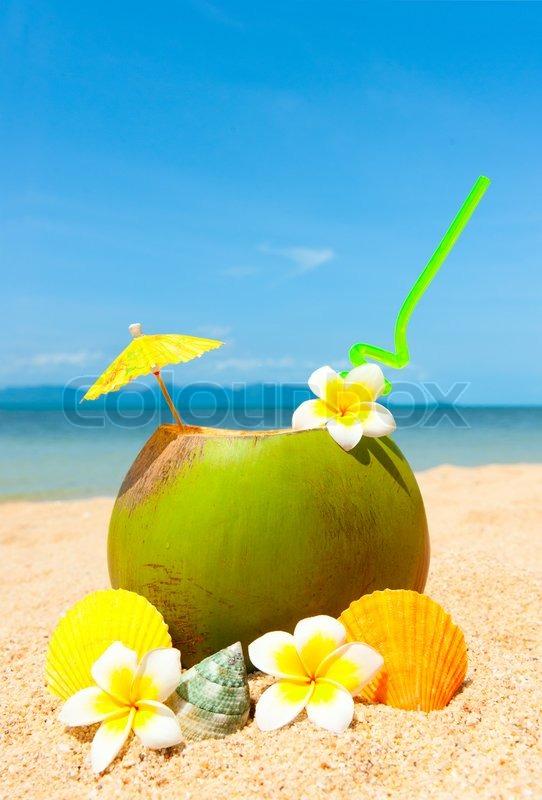 meer strand mit palmen und exotischen cocktail stockfoto. Black Bedroom Furniture Sets. Home Design Ideas