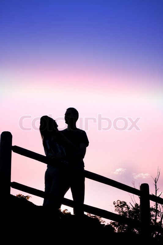 Silhouette eines liebenden Paar romantisch küssen einander