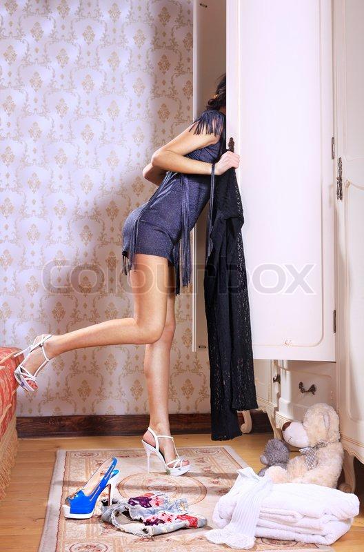 Junge Frau in der Nähe Schiebetür Kleiderschrank mit Bettwäsche ...