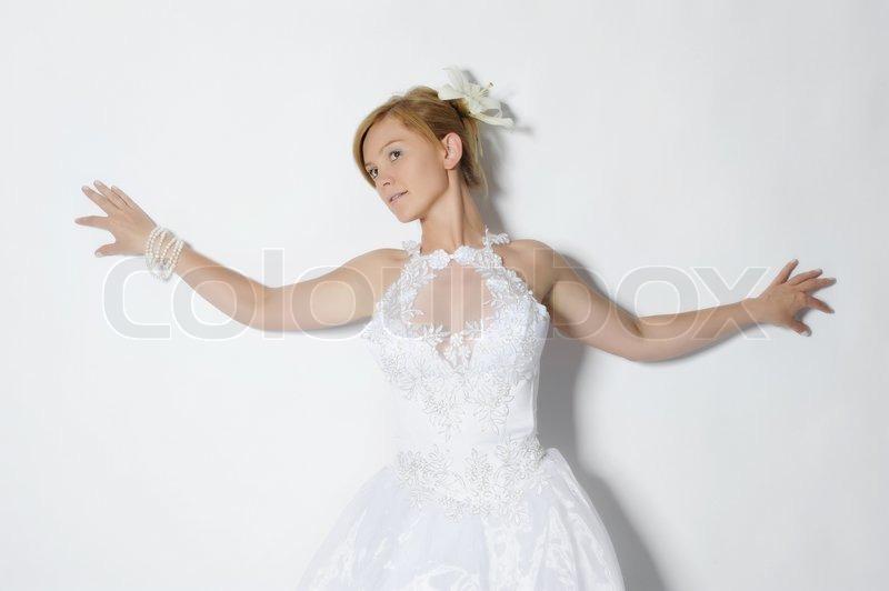 1a123b6f94c8 Smukke brud i brudekjole på grå ...
