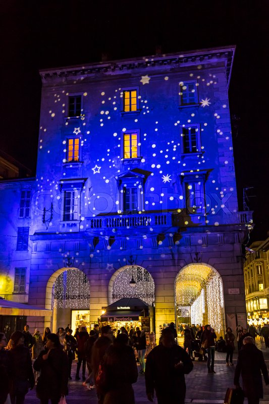 como italy december 2 2016 festive christmas decorations lights on facades of buildings on piazza duomo cathedral square in center of como old town