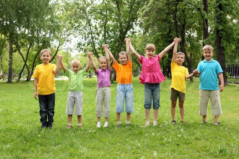 Stock Bild von 'Gruppe von Kindern mit Spaß zusammen in den Park'